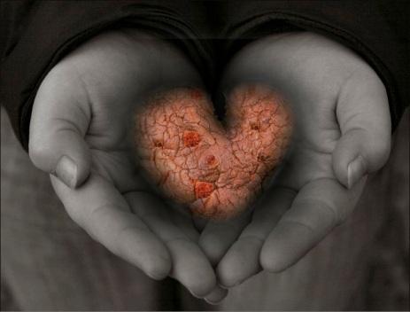 cuore tra mani