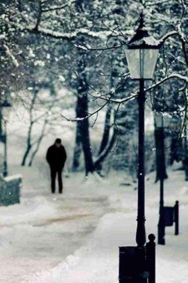 uomo sentiero neve