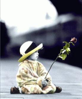 bambina con rosa